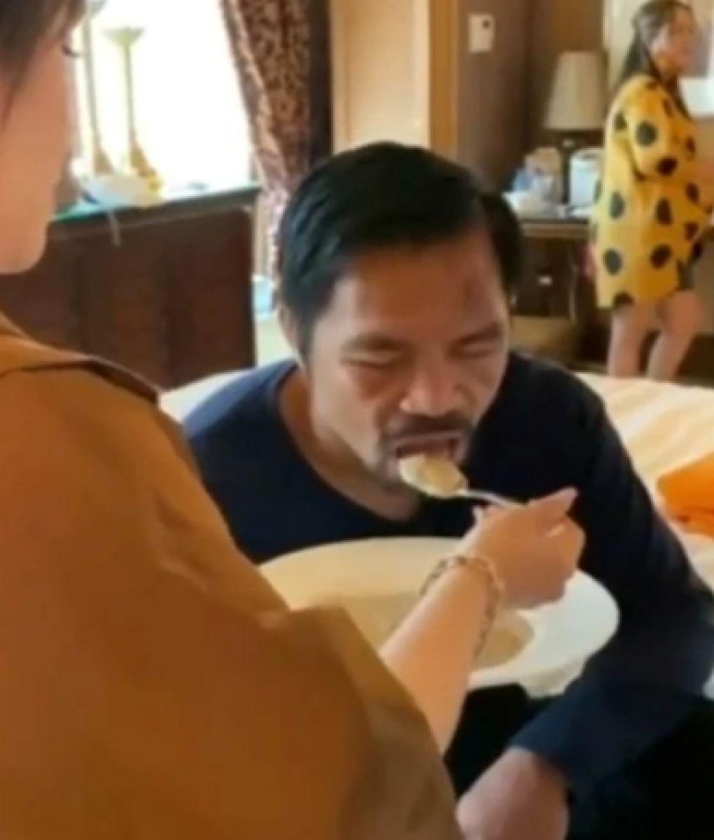 ปาเกียว ให้ภรรยาป้อนข้าว